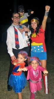 Clark Kent (Daddy), 6 mos prego Wonderwoman (Mommy), Spidergirl (Sidekcik), Supergirl (Sunshine), Batman (the Dude)